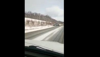 На въезде вДолинск дваавтомобиля разлетелись покюветам