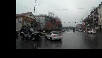На улице Сахалинской внедорожник, неуступивший дорогу универсалу, получил удар вбок