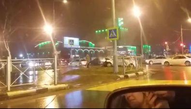 На перекрестке Мира иЕмельянова вЮжно-Сахалинске седан попал всерьезное ДТПи улетел натротуар