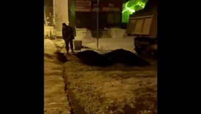 На улице Комсомольской вЮжно-Сахалинске вночи наснег положили асфальт