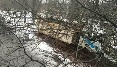 Водитель грузовика погиб наохотской трассе после столкновения сдеревьями
