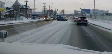На улице Ленина вЮжно-Сахалинске несмогли разъехаться дваавто