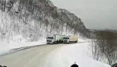 Лед наХолмском перевале создает опасные дорожные ситуации