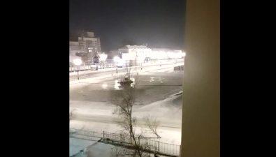 Водитель погрузчика азартно чистил отснега площадь Победы вЮжно-Сахалинске