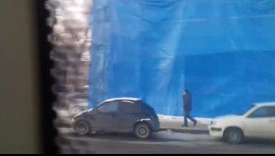 Жильцам домов поулице Сахалинской закрыли окна синим тентом