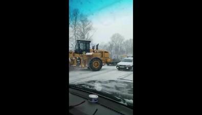 Автобус вытолкнул автовышку сдороги вЛуговом