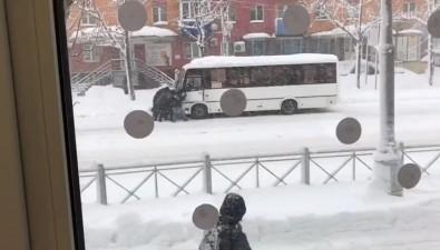 Пассажиры несмогли вытолкать застрявший вснегу маршрутный автобус вЮжно-Сахалинске