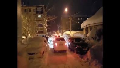 Ученики южно-сахалинской гимназии №3 пробираются вшколу поузкой дороге подколесами машин