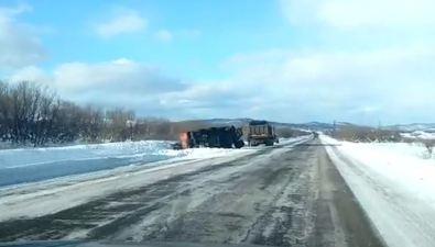 Возле села Никольского грузовик потерял прицеп суглем