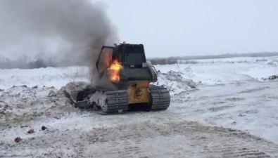 На снежном полигоне вЮжно-Сахалинске пожарные потушили загоревшийся бульдозер