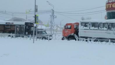 Пассажирский автобус застрял наперекрестке Мира иПограничной вЮжно-Сахалинске