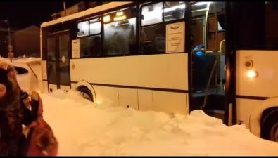 Муниципальный автобус застрял вДальнем из-за брошенных наобочине автомобилей