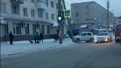 В Холмске нетрезвый водитель врезался вопору светофора