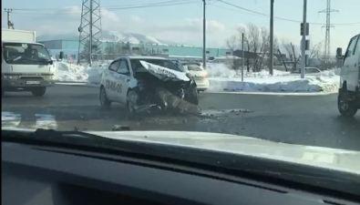 Автомобиль такси лишился передней части кузова вДТП сКамАЗом вЮжно-Сахалинске