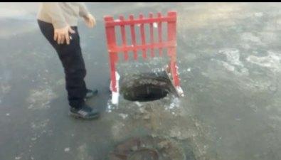 Южносахалинец выполнил работу дорожных служб, поставив предупреждающий знак наоткрытый люк
