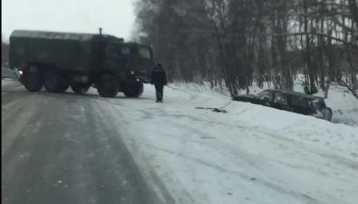 Военные вытащили внедорожник изкювета нахолмской трассе