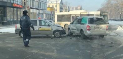 На Компроспекте вЮжно-Сахалинске произошло ДТПс участием такси