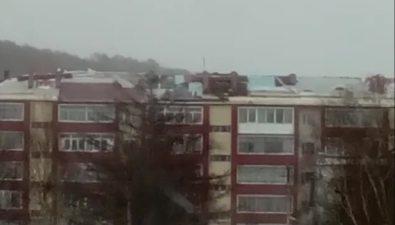 В Ногликах жильцы одного издомов встречают новый циклон скрышей, поврежденной прежним