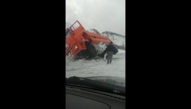 В Холмском районе КамАЗ вытаскивают изкювета