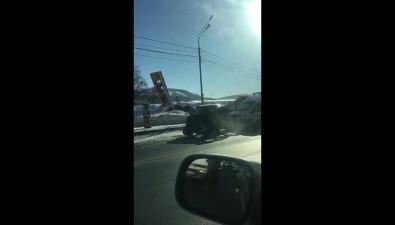 Mercedes врезался винформационное табло АЗСна проспекте Мира вЮжно-Сахалинске