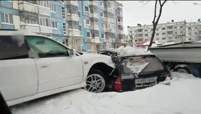 Subaru Legacy повредил припаркованный автомобиль водном издворов Охи