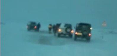 В Охинском районе несколько десятков авто рыбаков вызволили изснежного плена