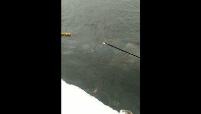 Затонувшая шхуна вковше порта Правда продолжает истекать топливом