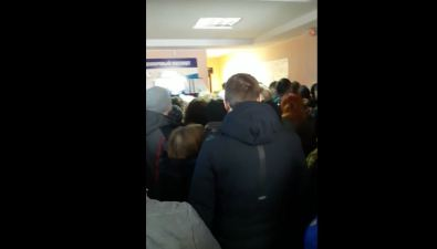 Сотрудницам паспортного стола вЮжно-Сахалинске пришлось отбивать умигрантов аппарат длявыдачи электронных талонов
