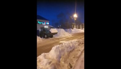 Южносахалинец заметил, какс территории магазина наулице Деповской вывозят снег ксоседнему двору