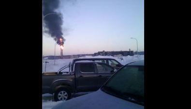 Многометровое пламя счерным дымом заметили надфакелом завода СПГв Пригородном