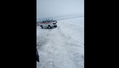 Сотрудники МЧСпытаются разогнать рыбаков сольда вОхотском