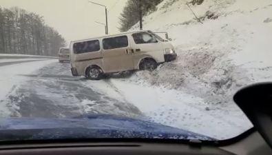 Пять автомобилей попали внесколько ДТПна скользкой корсаковской трассе