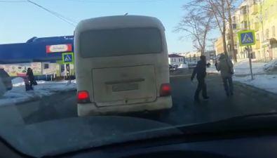 Оборванный кабель мешает проехать автомобилям поулице Хабаровской вДолинске