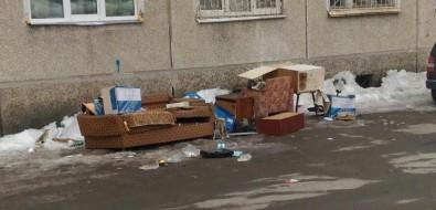 Судебные приставы, выселив сахалинку издома, вынесли еевещи идокументы наулицу ибросили