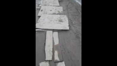 """Грязь наодной изцентральных улиц Южно-Сахалинска спрятали поддеревянной """"брусчаткой"""""""