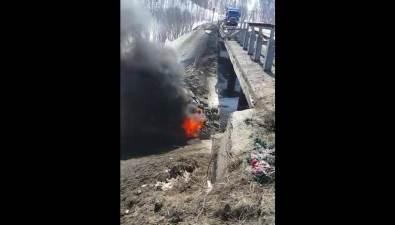 Большегруз вылетел смоста изагорелся вХолмском районе