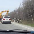На корсаковской трассе перевернулся грузовик спеском