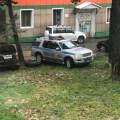 Сотрудник ДПСприпарковал служебный автомобиль нагазоне водном издворов Южно-Сахалинска