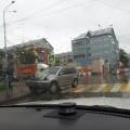 Водитель Nissan X-Trail въехал вдорожное ограждение наулице Комсомольской вЮжно-Сахалинске