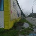 Из-под закрывшегося магазина напроспекте Мира вЮжно-Сахалинске бьет ручей