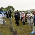 На курильских кладбищах члены японских делегаций помянули усопших