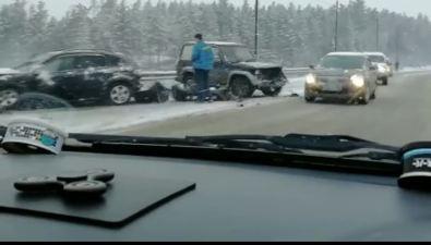 Два автомобиля столкнулись утром наскользкой корсаковской трассе