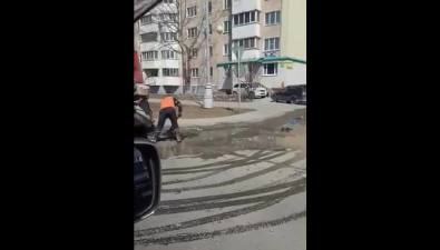 Яму сводой асфальтировали рабочие вЮжно-Сахалинске
