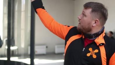 Спортсмен изСамары Илья Мурзин обучает трюкам ваэродинамической трубе сахалинских инструкторов