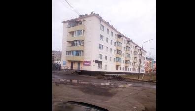 В Шахтерске подростки развлекаются, свешиваясь скарниза пятиэтажки