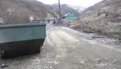 Мусорный контейнер наулице Сельской вНевельске вывозят разв тримесяца