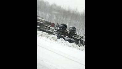 В Макаровском районе перевернулся грузовик