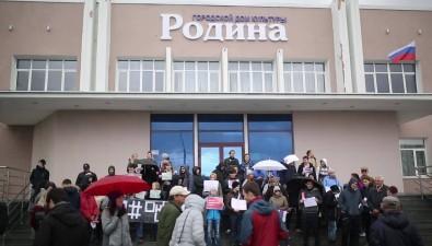"""Сахалинские сторонники Навального провели акцию """"Он намне царь"""""""
