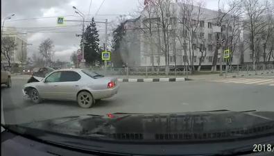 У дома сахалинского правительства столкнулись Camry иCorona