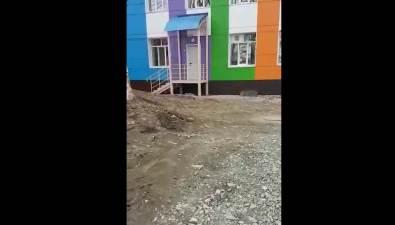 Двор детского сада №28 вКорсакове все-таки очистили отстроительного мусора
